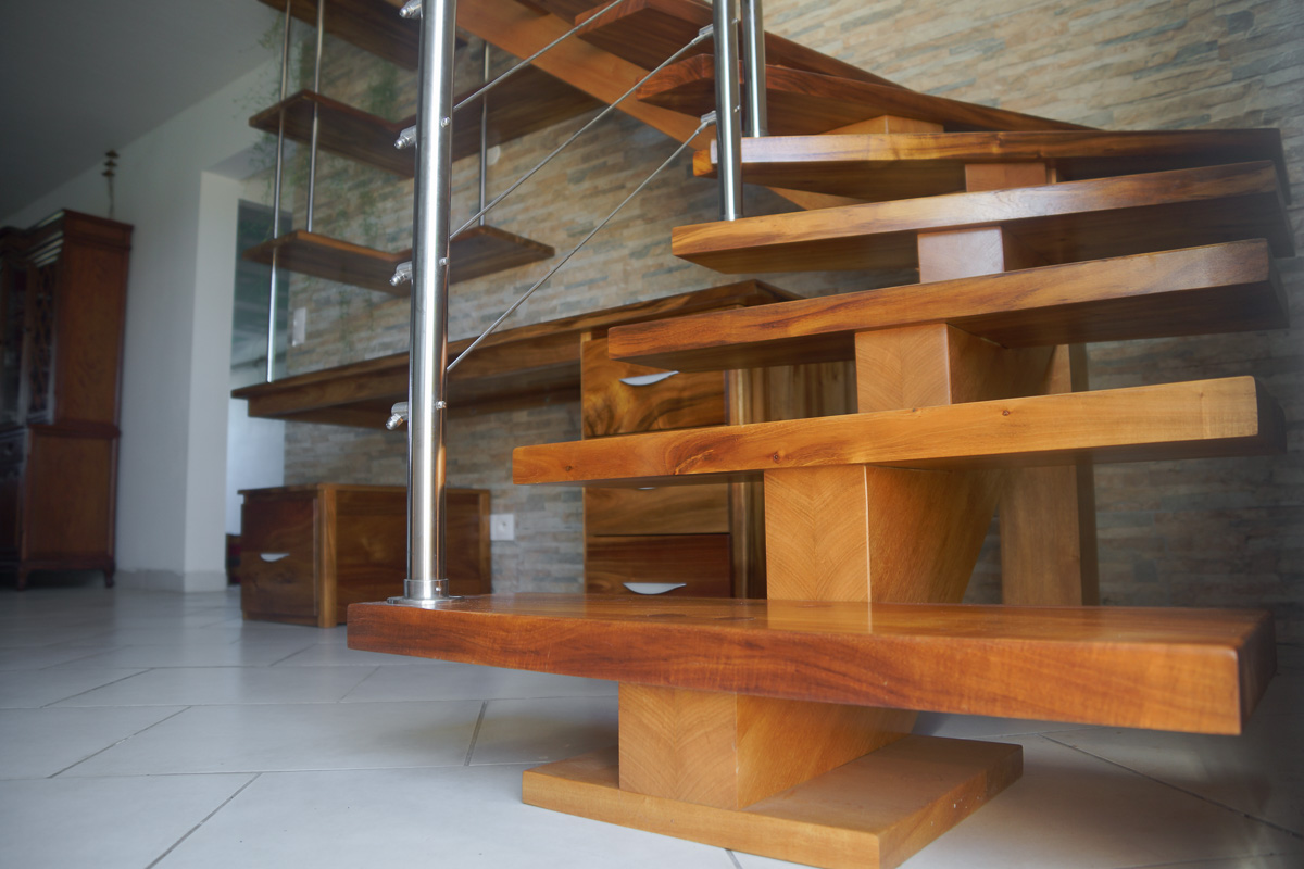 b niko escalier et bureau en movingui et tamarin. Black Bedroom Furniture Sets. Home Design Ideas